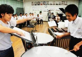 西洋音楽の名曲「新世界」を楽しく学んだ南城の中学2年生たち。ティンパニーやバイオリンをおそるおそる演奏した=10日、玉城中学校