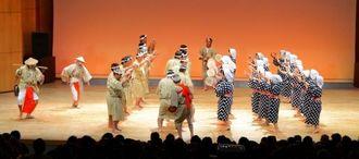 男女の手踊りが特徴的な南城市佐敷・手登根区の古式エイサー。国立劇場披露に向けたシュガーホールでの壮行公演=南城市のシュガーホール