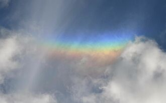 嘉手納町の上空に現れた「逆さ虹」=6日午後4時32分、嘉手納町屋良
