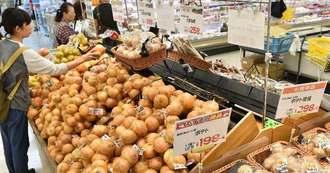 台風の影響で卸価格が高値になっている北海道産野菜=30日午後、那覇市・サンエー那覇メインプレイス