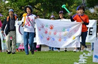 リレー・フォー・ライフ・ジャパンのリレーウォークをする参加者=9日、浦添市仲間・浦添カルチャーパーク