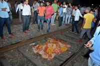インド列車事故で60人死亡 線路上の祭りの群衆に突入