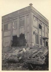 破壊の跡が残る天妃国民学校とみられる建物
