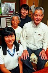 しまくとぅばについて語る(左から)當銘桜子さん、祖母・大城政子さん、母の當銘みどりさん、祖父・大城盛兼さん=糸満市武富