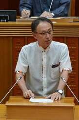 代表質問で答弁する玉城デニー知事=26日、県議会