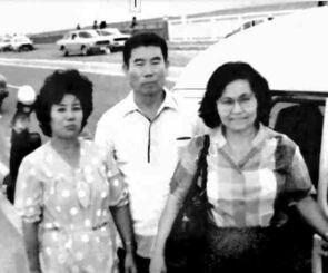 大城千代子さん(右)、3男のチョウコウさん(中央)、千代子さんの義妹=1984年