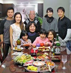 カナダ通信員の宮城盛功さん(後列右から3人目)宅では、日本風の正月の過ごし方を大切にしている=バンクーバー市