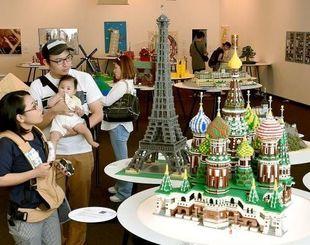 「すごい!」と歓声を上げ、レゴで作られた世界遺産の作品に見入る来場者=8日午後、浦添市美術館
