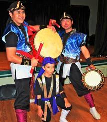 エイサーを指導したLUCKの儀間さん(左)、石山さん(右)と、「未来叶い」最年少の凌翔君