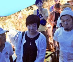 N1裏テントを訪れた安倍晋三首相夫人の昭恵さん(中央)=6日午後7時、東村高江