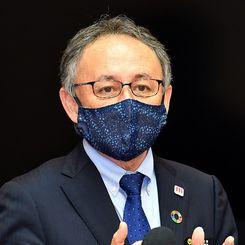 1月6日に沖縄県庁で記者会見する玉城デニー知事