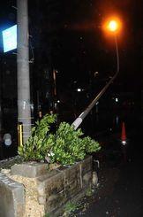 強風の影響で倒れたとみられる街灯=24日午前5時47分、宮古島市平良西里