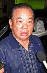 ハワイのイゲ州知事との会談内容を語る安慶田光男副知事=25日午後9時15分ごろ、那覇空港