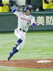 ホンダ―NTT東日本 5回裏、勝ち越し3ランを放ち跳び上がって喜ぶホンダ・井上=東京ドーム