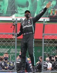 F1ポルトガルGPで歴代単独最多となる92勝目を挙げ、喜ぶメルセデスのルイス・ハミルトン=ポルティマン(ロイター=共同)