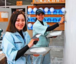 大会に向けて練習に熱が入る比嘉桃花さん(左)と屋嘉郁南さん=県立浦添職業能力開発校