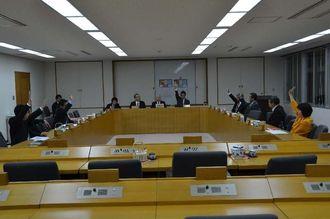 修正案について採決する予算委員会の委員=26日午前1時17分、浦添市議会