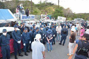米軍北部訓練場N1地区ゲート前で対峙する市民らと機動隊=18日、東村高江