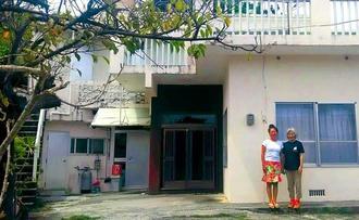 お試し移住に使う空き家。島の生活をサポートするお世話係の荒城幸子さん(右)と、いとこで実家を提供するクックとき枝さん=うるま市宮城島(プロモーションうるま提供)