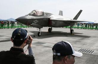 米軍岩国基地の「日米親善デー」で展示されたステルス戦闘機F35B=5日、山口県岩国市