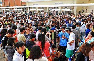 イオンモール沖縄ライカムのオープン前に、詰め掛けた買い物客=25日午前8時12分、北中城村