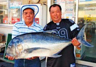 慶良間諸島の無人島で118センチ、25.7キロのロウニンアジを釣った仲村健さん(右)さんと仲村正春さん=日