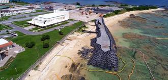 「N5」護岸建設予定地近くに造られている仮設道路。一部は海に入っている=24日午後、名護市辺野古の米軍キャンプ・シュワブ(小型無人機から)