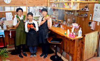 店主の仲川克子さん(中央)と娘の芝田梨乃さん(右)とスタッフの宮城愛さん(左)=8月29日、伊平屋村