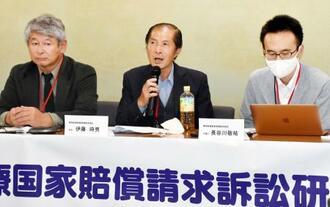 精神科病院への長期入院を強いられたとして国を提訴し、記者会見する原告の伊藤時男さん(中央)=30日午後、厚労省