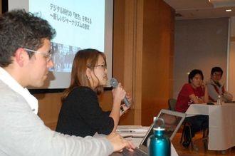 沖縄タイムスのデジタル事業について述べる與那覇里子記者(左から2人目)=11日、東京・講談社