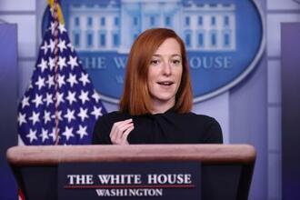 ホワイトハウスで記者会見する米国のサキ大統領報道官=22日、ワシントン(ロイター=共同)