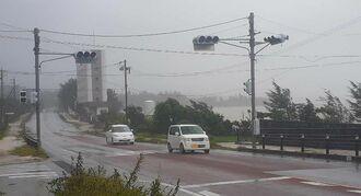 台風9号の影響で滅灯した信号機=1日午後0時15分ごろ、金武町屋嘉
