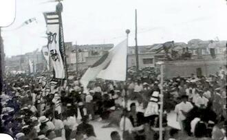 1961年10月8日に若狭大通りで開かれた大綱引きとみられる映像の一場面(沖縄アーカイブ研究所提供)