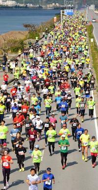 海中道路を7324人駆ける あやはしロードレース 男子仲間選手、女子伊藤選手が優勝