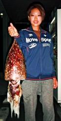浦添海岸で3.89キロのクブシミを釣った北川綾香さん=11月12日