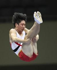 男子個人で優勝した上山容弘=北九州市立総合体育館
