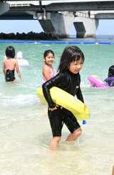 海開きで遊ぶ子どもたち=1日、那覇市・波の上ビーチ
