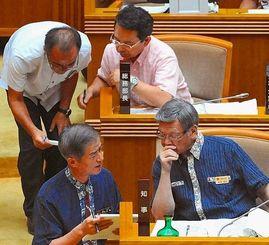 代表質問で答弁調整をする県執行部=9月30日午後、沖縄県議会