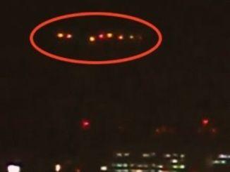 那覇港上空に横並びに並んだオレンジ色の光=23日午後9時ごろ
