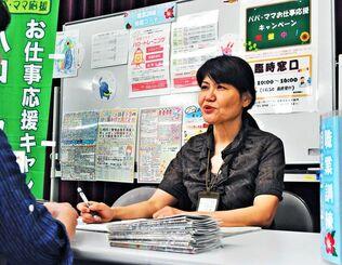 臨時相談窓口で求職者の相談に応じるハローワークの職員=7日、浦添市役所