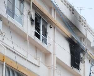 火災が発生したアパート=24日午後0時45分ごろ、宜野湾市大謝名