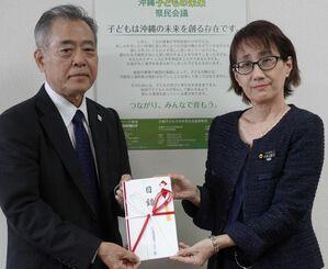 寄付目録を手渡す県測量建設コンサルタンツ協会の池村弘会長(左)=26日、県庁