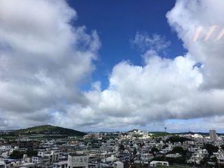 青空が広がる沖縄本島地方=22日午前