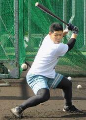 自主トレで打撃練習する日本ハムの近藤=鹿児島県天城町