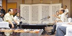 米軍普天間飛行場移設問題について語る仲井真弘多知事(手前右)と一川保夫防衛相(同左)=10月17日、県庁