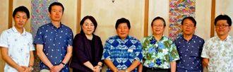 かりゆしシャツの全国販売を、川上好久副知事(中央)にPRしたイトーヨーカ堂の池田安希子執行役員(左から3人目)=県庁