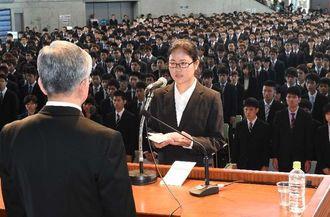 入学式で新入生を代表し、宣誓する上江洲希佳さん=3日午前、宜野湾市・沖縄コンベンションセンター