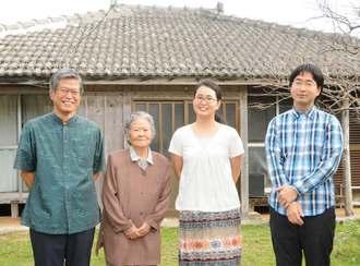 (左から)久米島生まれの父・上江洲教正さん、祖母・シズ子さんと島に移り住み、移住相談窓口で働く幹子さん。兄・教平さんも夏から移住した=11月30日、同町仲泊