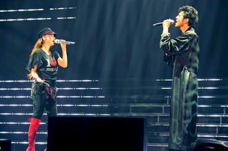 引退前夜に行われた最後のライブで熱唱する安室奈美恵さん。右は共演者の平井堅さん=15日、沖縄県宜野湾市