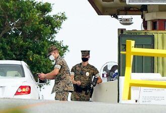 米軍普天間飛行場の大山ゲートで検温する米兵=13日午後5時25分、宜野湾市